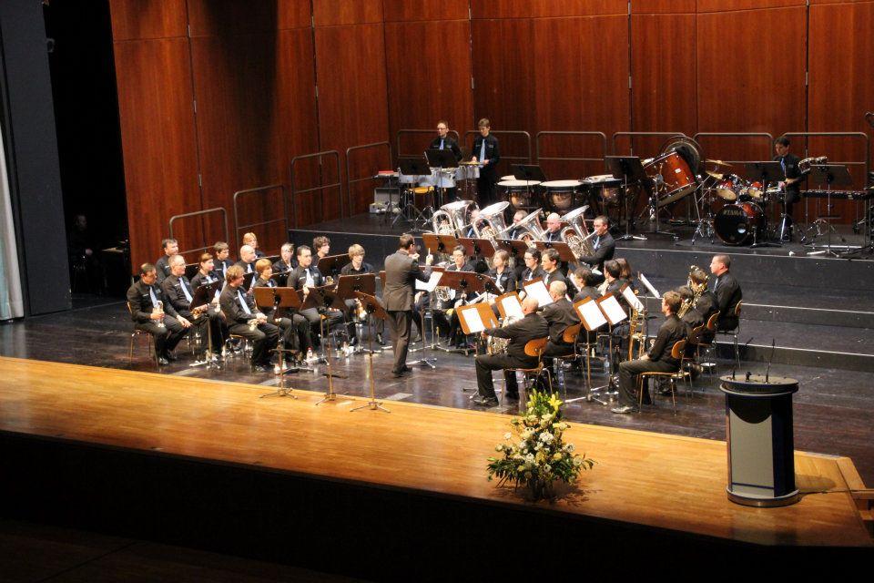Brassband Hombeek op het podium van het Graf-Zeppelinhaus in Friedrichshafen